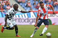 BARRANQUILLA- COLOMBIA -23 -04-2016: Jarla Barrera (Der.) jugador de Atletico Junior disputa el balón con Deiner Cordoba (Izq.) jugador de Boyaca Chico FC durante partido entre Atletico Junior y Boyaca Chico FC, de la fecha 14 de la Liga Aguila I-2016, jugado en el estadio Metropolitano Roberto Melendez de la ciudad de Barranquilla. / Jarla Barrera (R) player of Atletico Junior vies for the ball with Deiner Cordoba (L) player of Boyaca Chico FC, during a match between Atletico Junior and Boyaca Chico FC, for date 14 of the Liga Aguila I-2016 at the Metropolitano Roberto Melendez Stadium in Barranquilla city, Photo: VizzorImage  / Alfonso Cervantes / Cont.