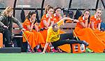 BLOEMENDAAL - hockey - Competitie Landelijk meisjes : Bloemendaal MB1-Den Bosch MB1 (1-1). Scheidsrechter komt ten val tijdens de wedstrijd.  COPYRIGHT KOEN SUYK