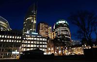 Nederland Den Haag 2019. Het stationsgebied bij avond. In het Wijnhavenkwartier staan oa de Muzentoren en 2 kantoortorens van 140 meter hoog, die het nieuwe onderkomen zijn voor de ministeries van Justitie en Veiligheid en van Binnenlandse Zaken en Koninkrijksrelaties. Foto Berlinda van Dam / Hollandse Hoogte