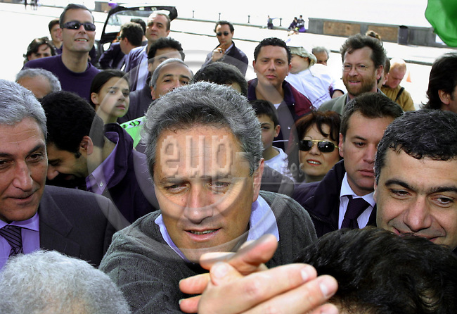 ITALY / NAPOLI 06, MAY 2001--Francesco RUTTELI, the leftwing Prime Minister canditate greeting surporters before he started cycling in the centre of Napoli.-- PHOTO: JUHA ROININEN / EUP-IMAGES