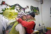 Giuseppe e Marianna nel negozio di sartoria si baciano dopo aver ricevuto un mazzo di fiori spedito da un amico per il loro matrimonio.<br /> Giuseppe and his wife Marianna kiss each other after receiving flowers for their wedding