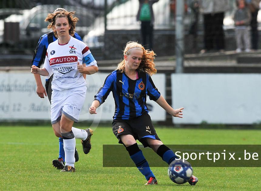 Club Brugge Dames - OHL Oud Heverlee Leuven Dames : Silke Demeyere aan de bal voor Anneleen Segers.Foto David Catry / Vrouwenteam.be