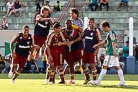 ATENÇÃO EDITOR: FOTO EMBARGADA PARA VEÍCULOS INTERNACIONAIS PRESIDENTE PRUDENTE 11 NOVEMBRO 2012 - CAMPEONATO BRASILEIRO - PALMEIRAS x FLUMINENSE -  jogadores  do Fluminense  comemoram  gol durante partida Palmeiras x Fluminense válido pela 35º rodada do Campeonato Brasileiro no Estádio Eduardo José Farah. Apelido, (Prudentão), no interior paulista na tarde deste domingo (11).(FOTO: ALE VIANNA -BRAZIL PHOTO PRESS)
