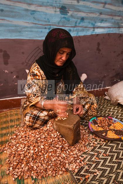 Afrique/Afrique du Nord/Maroc/Env d'Essaouira: Dans une coopérative agricole préparant de l'huile d'argan artisanale -  Cassage des noix d'argan pour en extraire les amandons