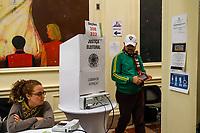 NOVA YORK.EUA, 28.10.2018 - ELEIÇÕES-NOVA YORK - Eleitores são vistos registrando seu voto para 2 turno na cabina de votação na zona eleitoral de Nova York nos Estados Unidos neste domingo, 28. (Foto: Vanessa Carvalho/Brazil Photo Press)