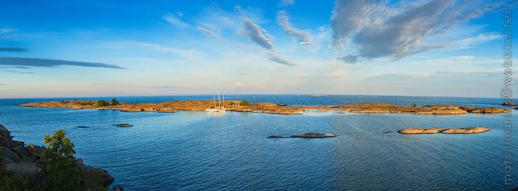 Panorama från Hallskär med sina låga skär  i Stockholms södra ytterskärgård med havet och horisonten.
