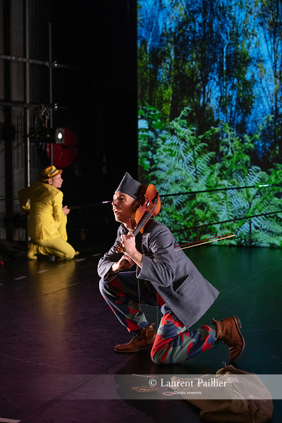 L'HISTOIRE DU SOLDAT<br /> <br /> chorégraphie, scénographie & costumes LIONEL HOCHE<br /> <br /> musique IGOR STRAVINSKY livret CHARLES-FERDINAND RAMUZ<br /> récitant LIONEL HOCHE<br /> le soldat VINCENT DELETANG<br /> le diable EMILIO URBINA<br /> la princesse ANNE-CLAIRE GONNARD<br /> <br /> vidéo SIMON FREZEL<br /> régie vidéo AUGUSTE DIAZ<br /> lumière & régie générale NICOLAS PROSPER<br /> musique ORCHESTRE-ATELIER OSTINATO<br /> chef d'orchestre OLIVIER DESJOURS<br /> Compagnie : Mémé Banjo<br /> Date : 10/01/2019<br /> Lieu : Théâtre de Vanves<br /> Ville : Vanves