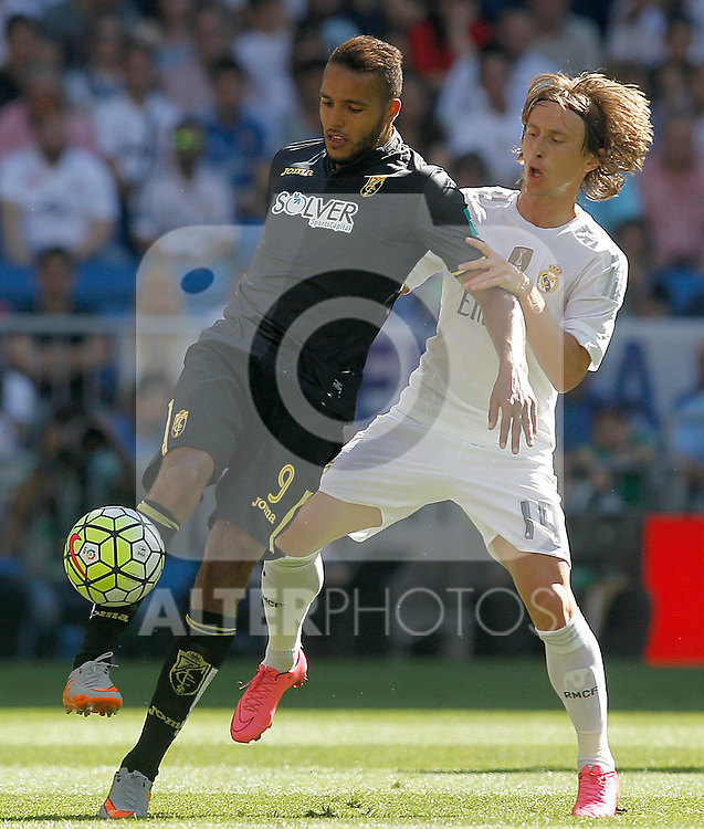 Real Madrid's Luka Modric (r) and Granada's Youssef El Arabi during La Liga match. September 19,2015. (ALTERPHOTOS/Acero)