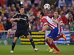 Diego Godin (L) vies Fernando Torres Luiz during the UEFA Champions League semifinal first leg football match Club Atletico de Madrid vs Chelsea FC at the Vicente Calderon stadium in Madrid on April 22, 2014.   PHOTOCALL3000/DP