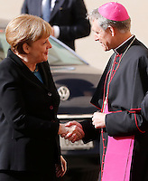 Il cancelliere tedesco Angela Merkel accolta da Monsignor Georg Gaenswein al suo arrivo per l'incontro col Papa in Vaticano, 21 febbraio 2015.<br /> German Chancellor Angela Merkel shakes hands with Monsignor Georg Gaenswein, right, as she arrives for her meeting with the Pope at the Vatican, 21 February 2015.<br /> UPDATE IMAGES PRESS/Riccardo De Luca<br /> <br /> STRICTLY ONLY FOR EDITORIAL USE
