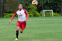 SÃO PAULO, SP, 07 DE OUTUBRO DE 2013 - TREINO SAO PAULO - O jogador Ademilson, durante treino do São Paulo, no CT da Barra Funda, região oeste da capital, na tarde desta segunda feira, 07.  FOTO: ALEXANDRE MOREIRA / BRAZIL PHOTO PRESS