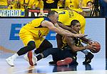 15.05.2018, EWE Arena, Oldenburg, GER, BBL, Playoff, Viertelfinale Spiel 4, EWE Baskets Oldenburg vs ALBA Berlin, im Bild<br /> der Kampf um den Ball<br /> Karsten TADDA (EWE Baskets Oldenburg #9) Armani MOORE (EWE Baskets Oldenburg #4)<br /> Peyton SIVA (ALBA Berlin #3 )<br /> Foto &copy; nordphoto / Rojahn