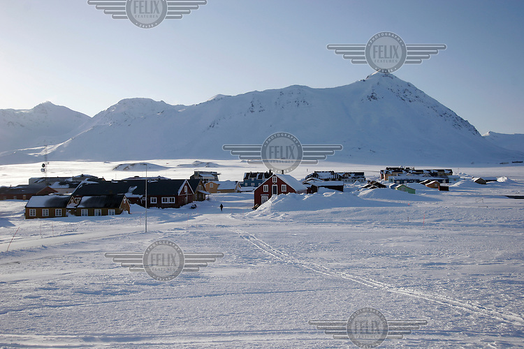 The Arctic settlement of Ny &Aring;lesund is home to a small number of people, maninly scientists doing climate and polar research. <br /> <br /> The Arctic island of Spitsbergen is the largest of islands in the group that makes up Svalbard. The islands are close to the North Pole and about 60% of the land mass is covered by glaciers. The main activities are mining, tourism and Arctic research.
