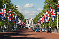 United Kingdom, London: View down The Mall lined with Union flags to Buckingham Palace | Grossbritannien, England, London: Blick entlang der mit Union Jacks geschmueckten Mall zum Buckingham Palace