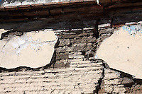 Oaxaca de Ju&aacute;rez. 20 enero de 2014.- Son continuas las quejas de parte de la ciudadan&iacute;a ante el poco cuidado que se tiene con las construcciones catalogadas como en &ldquo;Mal estado&rdquo; que se encuentran en la capital de Oaxaca, espec&iacute;ficamente en el centro hist&oacute;rico y calles aleda&ntilde;as, pues los habitantes que viven cerca de estas edificaciones, as&iacute; como los transe&uacute;ntes que pasan junto a ellas diariamente, &nbsp;temen por su seguridad, ya que estos edificios construidos desde hace muchos a&ntilde;os est&aacute;n casi call&aacute;ndose a pedazos.<br /> <br /> Y es que seg&uacute;n datos arrojados en &uacute;ltimas estad&iacute;sticas, de un universo de mil 100 edificaciones que existen en la capital del estado, 315 tienen alg&uacute;n tipo de deterioro en mayor o menor grado y en algunos casos a&uacute;n se encuentra habitados pero en condiciones p&eacute;simas, lo cual hace que el temor de la gente que vive o pasa cerca de estas construcciones sea mayor.<br /> <br /> A decir de do&ntilde;a Estela S&aacute;nchez, ama de casa, quien cotidianamente circula por algunas calles que tienen hasta dos casonas con este tipo de condiciones, ya que le quedan de paso para ir a dejar a sus hijos a la escuela, estos inmuebles son un peligro latente; &ldquo;Se debe dar atenci&oacute;n a estas construcciones, porque son un riesgo para todos, imag&iacute;nese que pudiera suceder si llega a haber un sismo, podr&iacute;a ocasionarse una desgracia ya que estas casonas est&aacute;n casi call&aacute;ndose, y muchas personas tenemos que transitar diariamente por aqu&iacute;&rdquo;.<br /> <br /> As&iacute; mismo, un vecino aleda&ntilde;o a uno de estos inmuebles, quien quiso omitir su nombre por seguridad, manifest&oacute; que a pesar de que el gobierno ha tomado &ldquo;algunas medidas&rdquo; para evacuar y en otras m&aacute;s aislar de la ciudadan&iacute;a estas construcciones que casi se caen a pedazos, hay otras m&aacute;s que a&uacute;
