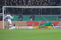 Djibril Sow (Borussia Mönchengladbach) scheitert im Elfmeterschießen an Torwart Lukas Hradecky (Eintracht Frankfurt) - 25.04.2017: Borussia Moenchengladbach vs. Eintracht Frankfurt, DFB-Pokal Halbfinale, Borussia Park