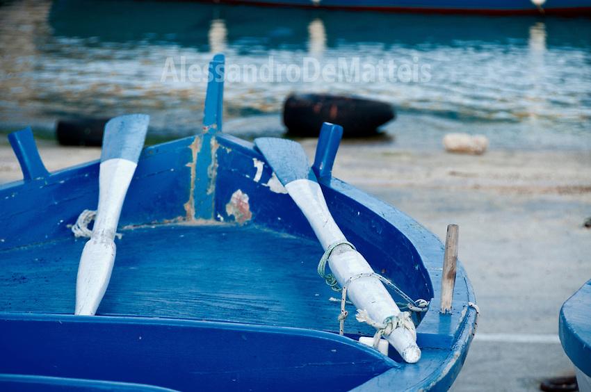 Castro Marina - Salento - Puglia - Barca di colore blu a remi attraccata nel porto di Castro.