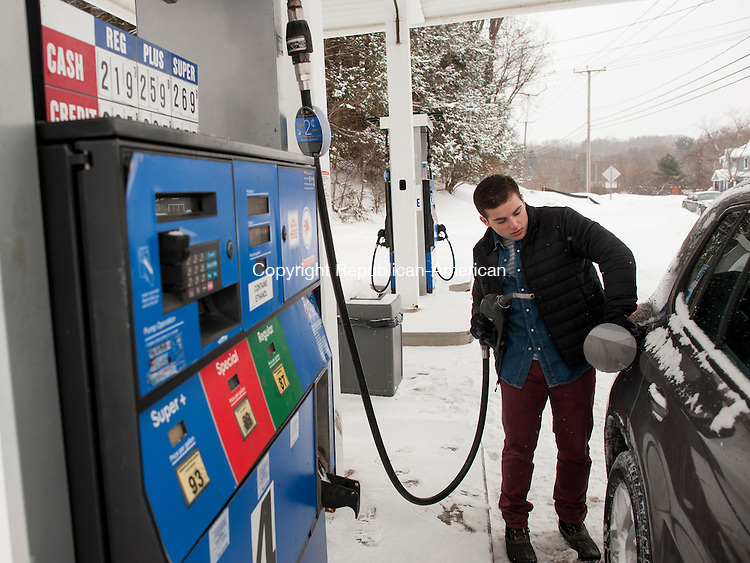 MIDDLEBURY, CT-9 February 2015-020915EC04-   Eric DeAngelis fills up Monday at the Mobil station along Middlebury Road in Middlebury. After average gas prices hit a statewide low early this month, they are creeping up again. Erin Covey Republican-American