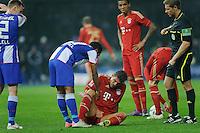 Fussball Bundesliga Saison 2011/2012 26. Spieltag Hertha BSC Berlin - FC Bayern Muenchen Mario GOMEZ (FCB) sitzt nach einem Tritt in den Schritt am Boden. V.l.: Christian LELL (Hertha BSC), RAFFAEL (Hertha BSC), Luiz GUSTAVO (FCB), Schiedsrichter Tobias WELZ.
