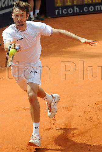 Spain's Juan Carlos Ferrero returns a forehand to Finland's Nieminen during their ATP German Open round of 16 match at Rothenbaum club in Hamburg, Germany, 22 July 2010.