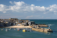 United Kingdom, England, Cornwall, St Ives: old town and harbour with Smeatons Pier viewed from The Malakoff | Grossbritannien, England, Cornwall, St Ives: Altstadt und Hafen mit Smeatons Pier
