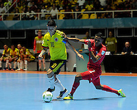 CALI -COLOMBIA-16-09-2016: Angellott Caro (Izq) jugador de Colombia disputa el balón con Claudio Goodridge (Der) jugador de Panama durante partido del grupo A de la Copa Mundial de Futsal de la FIFA Colombia 2016 jugado en el Coliseo del Pueblo en Cali, Colombia. /  Angellott Caro (L) player of Colombia fights the ball with Claudio Goodridge (R) player of Panama during match of the group A of the FIFA Futsal World Cup Colombia 2016 played at Metropolitan Coliseo del Pueblo in Cali, Colombia. Photo: VizzorImage/ NR / Cont