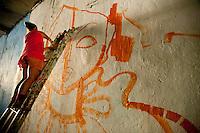 SAO PAULO, SP, 01.11.2014 - Diversos grafiteiros refizeram grafite no túnel José Roberto Melhem, que havia sido coberto por pintura de anúncio de uma festa da medicina da USP, entre as avenidas Consolação e Rebouças,  nesse sábado 01 ( Gabriel Soares/ Brazil Photo Press)