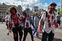 SÃO PAULO, SP, 02.11.2016 - ZOMBIE-WALK - Movimentação de pessoas fantasiadas durante o Zombie Walk, na região central de São Paulo, nesta quarta-feira (02). O evento surgiu na Califórnia em 2001 e, desde 2006, e realizado anualmente em São Paulo, sempre no Dia de Finados. (Foto: Renato Gizzi/Brazil Photo Press)