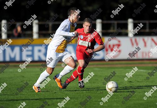 2011-10-23 / Voetbal / seizoen 2011-2012 / KFC Duffel - Lyra / Glenn D'Huyvetter (L, Duffel) met Sam Wouters..Foto: Mpics
