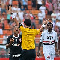ATENÇÃO EDITOR: FOTO EMBARGADA PARA VEÍCULOS INTERNACIONAIS - SÃO PAULO, SP, 02 DE DEZEMBRO DE 2012 - CAMPEONATO BRASILEIRO - SÃO PAULO x CORINTHIANS: Jorge Henrique (e) reclama de gol anulado durante partida São Paulo x Corinthians válida pela 38ª rodada do Campeonato Brasileiro de 2012 no Estádio do Pacaembu. FOTO: LEVI BIANCO - BRAZIL PHOTO PRESS