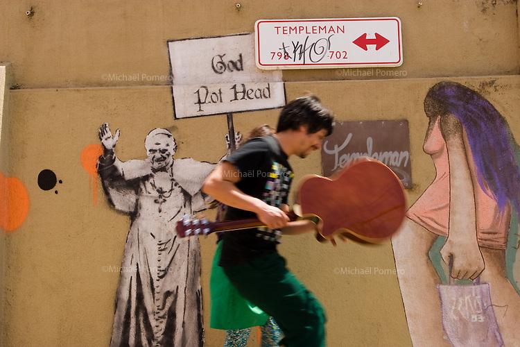 In Chile ,Valparaiso is a very cultural city where every walls<br />  can show graffiti .<br /> Au Chili ,Valparaiso est une ville très culturelle ou chaque mur peut montrer un graffiti.