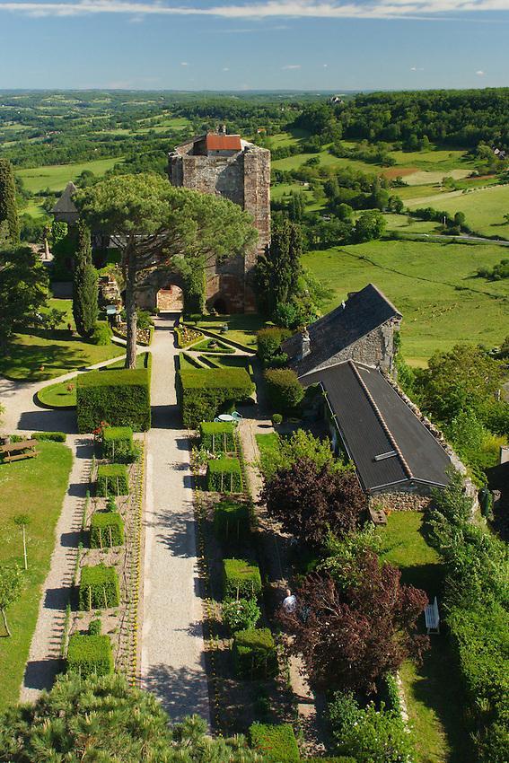 La cour interieur du chateau est ammenagee en jardin ouvert a la visite. De ces jardin, la vue embrasse les paysages du sud de la Correze