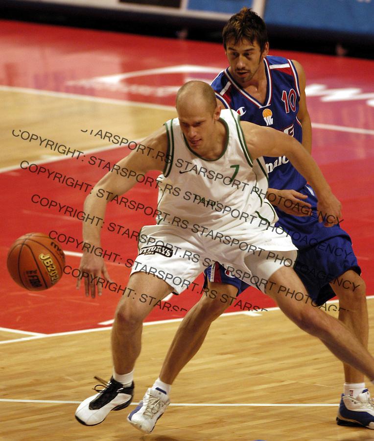SPORT KOSARKA EUROBASKET STOCKHOLM&amp;#xA;SCG - LITVANIJA  10.09.2003.&amp;#xA;Marko Jaric i Stombergas Salius&amp;#xA;foto: Pedja Milosavljevic<br />