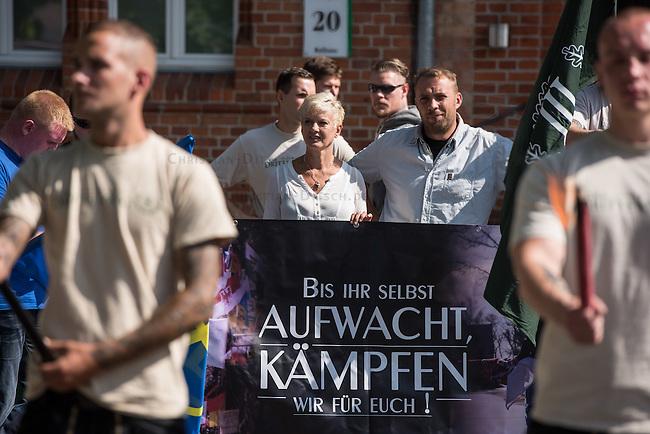 Die Neonazi-Splitterpartei &quot;Dritter Weg&quot; veranstaltete am Samstag den 1. August 2015 in der Brandenburgischen Kleinstadt Zossen mit ca. 50 Personen eine Kundgebung gegen gegen Fluechtlinge und &quot;Ueberfremdung&quot;. An der Kundgebung nahmen auch Mitglieder der NPD und der rechten Splitterpartei &quot;Die Rechte&quot; teil. <br /> Im Bild links am Transparent: Manuela Kokott von der NPD-Brandenburg.<br /> 1.8.2015, Zossen/Brandenburg<br /> Copyright: Christian-Ditsch.de<br /> [Inhaltsveraendernde Manipulation des Fotos nur nach ausdruecklicher Genehmigung des Fotografen. Vereinbarungen ueber Abtretung von Persoenlichkeitsrechten/Model Release der abgebildeten Person/Personen liegen nicht vor. NO MODEL RELEASE! Nur fuer Redaktionelle Zwecke. Don't publish without copyright Christian-Ditsch.de, Veroeffentlichung nur mit Fotografennennung, sowie gegen Honorar, MwSt. und Beleg. Konto: I N G - D i B a, IBAN DE58500105175400192269, BIC INGDDEFFXXX, Kontakt: post@christian-ditsch.de<br /> Bei der Bearbeitung der Dateiinformationen darf die Urheberkennzeichnung in den EXIF- und  IPTC-Daten nicht entfernt werden, diese sind in digitalen Medien nach &sect;95c UrhG rechtlich geschuetzt. Der Urhebervermerk wird gemaess &sect;13 UrhG verlangt.]
