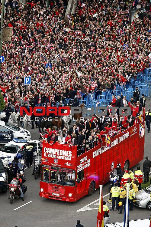 13.05.2010, City, MAdrid, ESP, UEFA Europa League Finale, Atletico Madrid  im Bild <br /> Atletico de Madrid players celebrate the victory in the UEFA Europa League with their supporters at Neptuno square<br /> <br />  Foto &copy; nph / Julian Bird *** Local Caption *** Fotos sind ohne vorherigen schriftliche Zustimmung ausschliesslich f&uuml;r redaktionelle Publikationszwecke zu verwenden.<br /> <br /> Auf Anfrage in hoeherer Qualitaet/Aufloesung