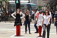 SÃO PAULO, SP, 09 DE JANEIRO DE 2012 - MIMICA CET TRANSITO - Grupo fantasiado, a serviçao da CET, orientam com mímica o trânsito de veículos e pedestres no cruzamento da Avenida Brigadeiro Luis Antonio com a Avenida Paulista na tarde desta segunda, 09. FOTO: ALEXANDRE MOREIRA - NEWS FREE.