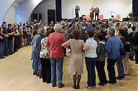 Les danseurs attendent le debut de la gavotte chante par Louis Guilloux et Nolwen Le Buhe