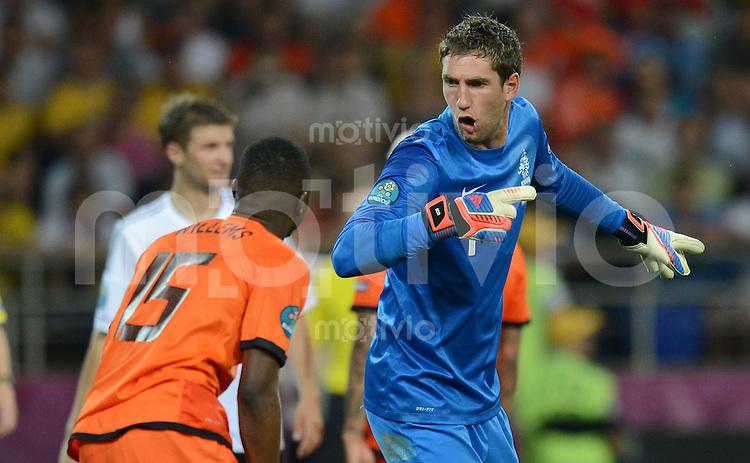 FUSSBALL  EUROPAMEISTERSCHAFT 2012   VORRUNDE Niederlande - Deutschland       13.06.2012 Jetro Willems (li) wird von Torwart Maarten Stekelenburg (re, beide Niederlande) zurecht gewiesen