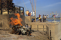 INDIA Varanasi, cremation of dead body at Manikarnika ghat at river Ganga,  cremation is part of hindu ritual moksha hindu belief to get salvation of rebirth here / INDIEN Benares Varanasi Kashi, Kremation am Manikarnika Ghat am heiligen Fluss Ganges, Hindus glauben an Ritual Moksha wer hier verbrannt wird entgeht dem Kreislauf der Wiedergeburt und kommt in den Himmel