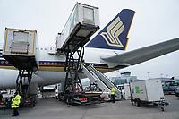 Beladung des A380 von Singapore Airlines auf dem Frankfurter Flughafen - Frankfurt 23.10.2019: Schüler machen Zeitung bei Singapore Airlines