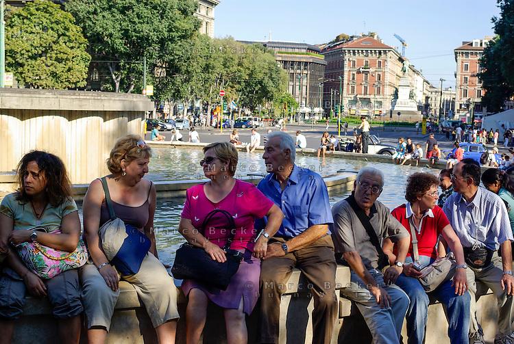 Milano, centro storico, turisti riposano alla fontana davanti al Castello Sforzesco --- Milan, downtown, tourists resting at the fountain in front of the Sforza Castle