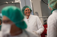 Berlin, Bundesagrarministerin Ilse Aigner (CSU, M.) am Donnerstag (02.05.13) bei einer Besichtigung des Vivantes Versorgungszentrums anlaesslich der Aktion &quot;Zu gut f&uuml;r die Tonne&quot; mit einer Schutzhaube.<br /> Foto: Steffi Loos/CommonLens