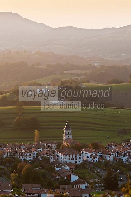 Europe/France/Aquitaine/64/Pyrénées-Atlantiques/Pays-Basque/Ainhoa: Le village vu depuis la chapelle    Notre-Dame d'Aubépine ou  Notre Dame d'Aranzazu : (Aubépine)  , ce site à 389m d'altitude présente l'intérêt de proposer l'un des plus beaux panoramas du Labourd sur le cirque de Xareta et la vallée de la nivelle jusqu'à Saint Jean de Luz et la côte Atlantique