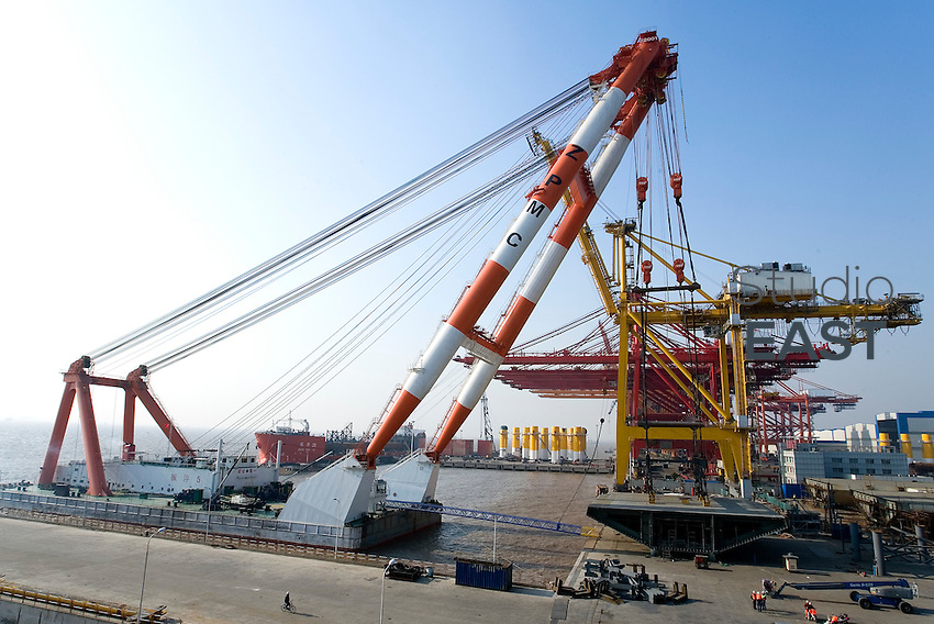 A 2,000-ton barge crane gets ready to load OBG 1W on board Zhenhua 17 boat, on Changxing Island, Shanghai, on December 20, 2009. Photo by Lucas Schifres/Pictobank