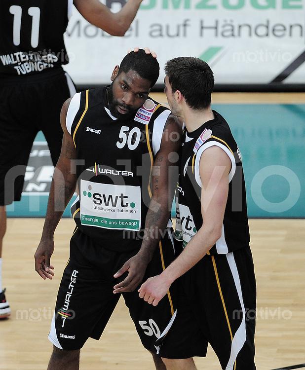Basketball   1. Bundesliga 2009/2010  22.04.2010 Walter Tigers Tuebingen -   Telekom Baskets Bonn Kenneth Wiliams (li, Tigers) wird von Branislav Ratkovica umarmt