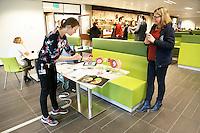 Nederland  Amsterdam   2017 01 25 . Amsterdam Medisch Centrum ( AMC ) .   E-Health Avenue. Op deze Avenue wordt een interactief overzicht gegeven van de verschillende e-Health initiatieven door zorgmedewerkers. De Avenue bestaat uit de Allée van de Apps, de Weg van de Wearables,  de Gang van de Games, de Route van e-Health Research en het Pad van de Patiëntparticipatie. Er is een interactieve 3D-atlas gemaakt over embryonale ontwikkeling in de eerste twee maanden van de zwangerschap. Die atlas is gemaakt door onderzoekers van het Academisch Medisch Centrum in Amsterdam. Arts-embryoloog Bernadette de Bakker leidde samen met emeritus hoogleraar Antoon Moorman het onderzoek. Bernadette de Bakker geeft uitleg over het onderzoek.  Foto Berlinda van Dam / Hollandse Hoogte