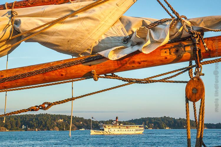 Träbom med segel på segelfartyg och skärgårdsbåt från Strömma vid Vaxholm i Stockholms skärgård. / Stockholms archipelago Sweden.