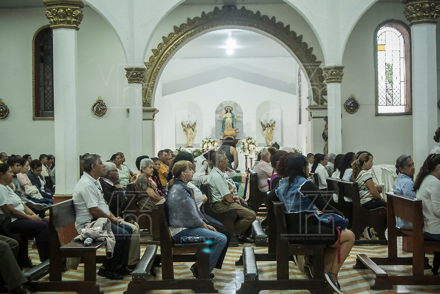 GUACARI - COLOMBIA: 19-04-2018. Feligreses asisten a la ceremonia litúrgica durante el viernes santo en la población de Guacarí, Valle del Cauca, Colombia, de la semana santa para los cristianos. / Parishioners attend the liturgical ceremony during the holy Friday in  the town of Guacari, Valle del Cauca, Colombia as part of Easter Week to the Christians.  Photo: VizzorImage / Gabriel Aponte / Staff