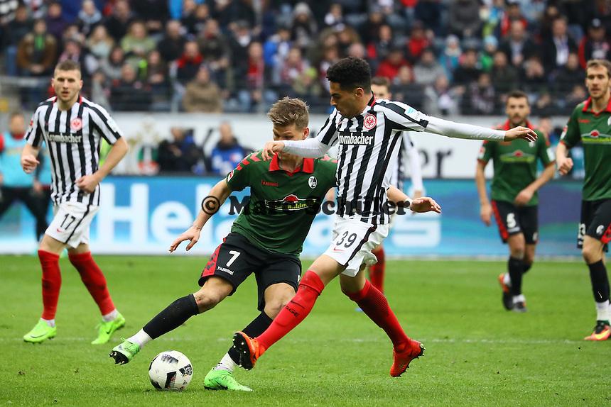 Florian Niederlechner (SC Freiburg) gegen Omar Mascarell (Eintracht Frankfurt) - 05.03.2017: Eintracht Frankfurt vs. SC Freiburg, Commerzbank Arena