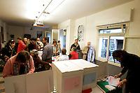 Operazioni di voto in occasione delle elezioni primarie nel circolo del Partito Democratico alle case popolari di Donna Olimpia, a Roma, 25 ottobre 2009..Primary elections of the Democratic Party in Rome, 25 october 2009..UPDATE IMAGES PRESS/Riccardo De Luca